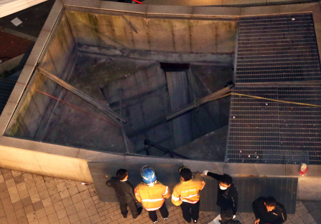 Collapsed ventillation at an outdoor theater of Pangyo Techno Valley in Bundang, Seongnam City (Yonhap)