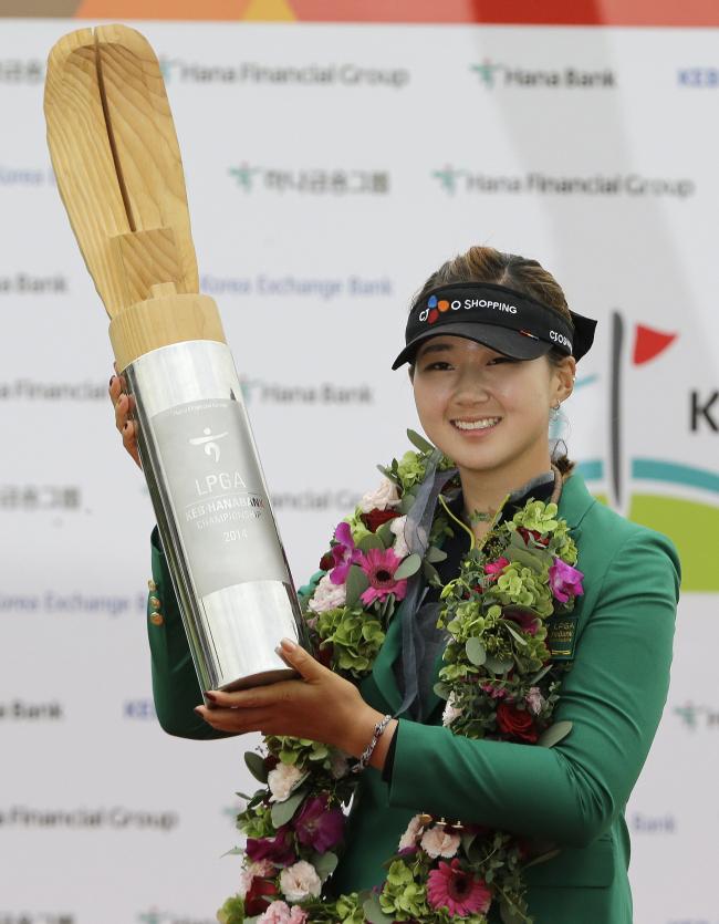 Korea's Baek Kyu-jung poses with the winner's trophy on Sunday. (AP-Yonhap)