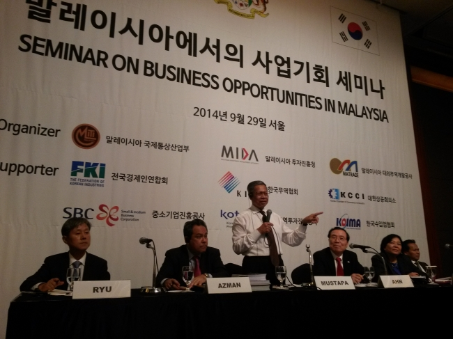 Malaysian Minister of International Trade and Industry Mustapa Mohamed (center) gestures while Malaysian Ambassador Dato' Rohana Ramli (far right) looks on during a conference in which some 350 local executives, experts and government officials participated in Seoul on Sept. 30. (Philip Iglauer/The Korea Herald)