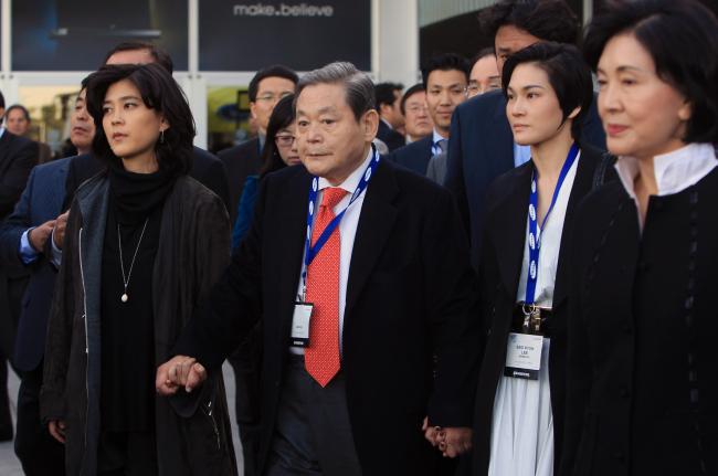 From left: Hotel Shilla president Lee Boo-jin, Samsung Electronics chairman Lee Kun-hee, Cheil Industries president Lee Seo-hyun and Lee Kun-hee's wife Hong Ra-hee