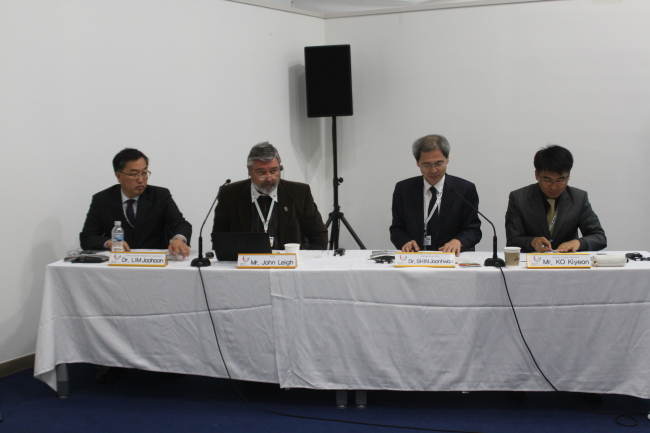 Officials attend a convention on the biological changes caused by forest fires at the Pyeongchang Convention on Biological Diversity on Oct. 14. Lim Joo-hoon (left), a senior researcher at the KFS-affiliated Korea Forest Research Institute, discussed the vegetational changes in Korea's fire-ravaged forest areas. (Korea Forest Service)