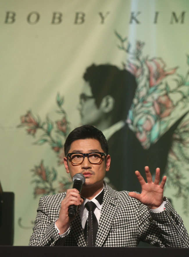 "Singer-songwriter Bobby Kim speaks at a press conference for the release of the artist's new album, ""Mirror,"" at the Riverside Hotel in Seocho district, southern Seoul, Wednesday. (Yonhap)"
