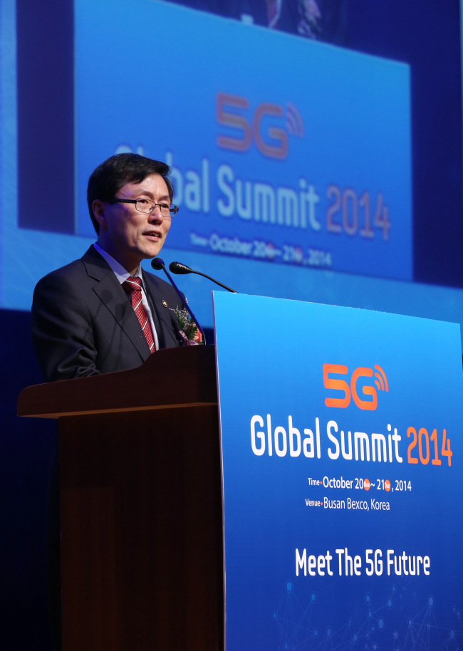 Yoon Jong-rok, vice chief of Korea's Ministry of Science, ICT and Future Planning, delivers a speech at the 5G Global Summit, a sideline event at the ITU Plenipotentiary Conference. (Yonhap)