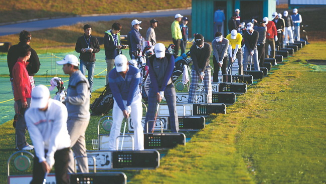 Players tee off to warm up for the Pro-Am competition of the Herald-KYJ Tour Championship at Lotte Skyhill Jeju Country Club on Wednesday. (Park Hae-mook/The Korea Herald)