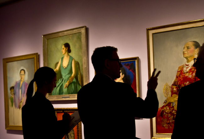 Mason Klein (center), curator at the Jewish Museum, discusses portraits of cosmetics empress Helena Rubinstein during a press preview, in New York on Tuesday. (AP-Yonhap)