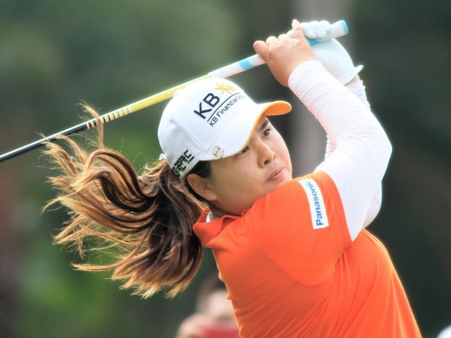 Korea's Park In-bee plays a shot at the LPGA Taiwan Championship on Sunday. (AFP-Yonhap)