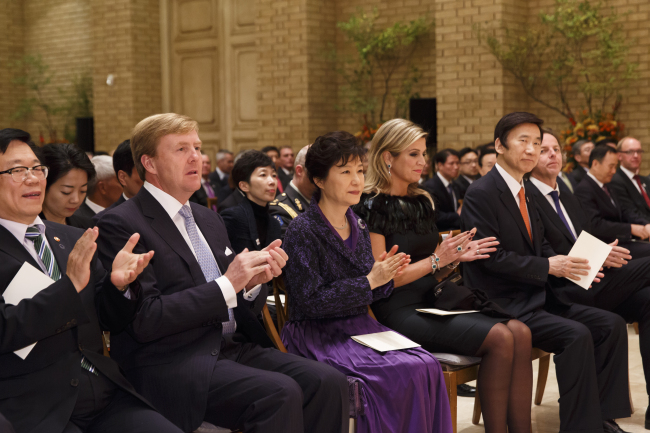 King Willem-Alexander of the Netherlands (left), South Korean President Park Geun-hye (center) and Queen Maxima attend a banquet hosted by the Dutch King in Seoul on Tuesday. (Yonhap)