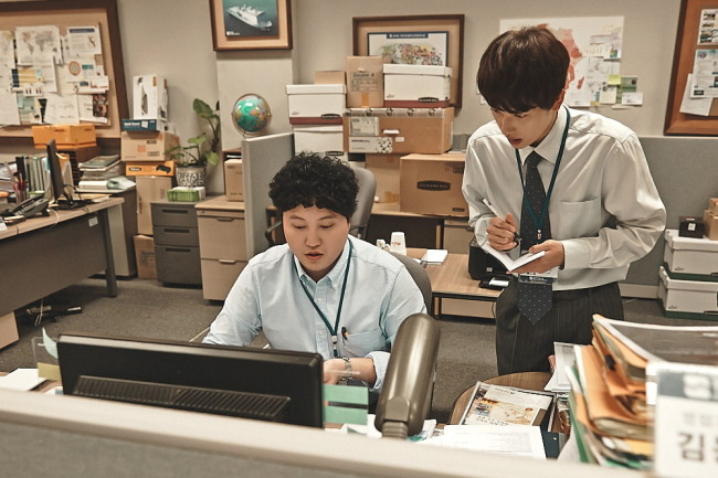 "New employee Jang Geu-rae (Yim Si-wan, right) and sales manager Kim Dong-sik (Kim Dae-myung) in a scene from office drama ""Misaeng."" (tvN)"