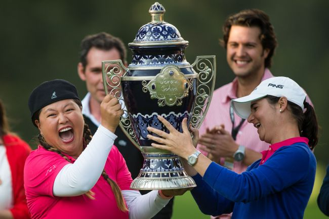 Lorena Ochoa (right) presents Christina Kim with the winner's trophy in Mexico City on Sunday. (AFP-Yonhap)