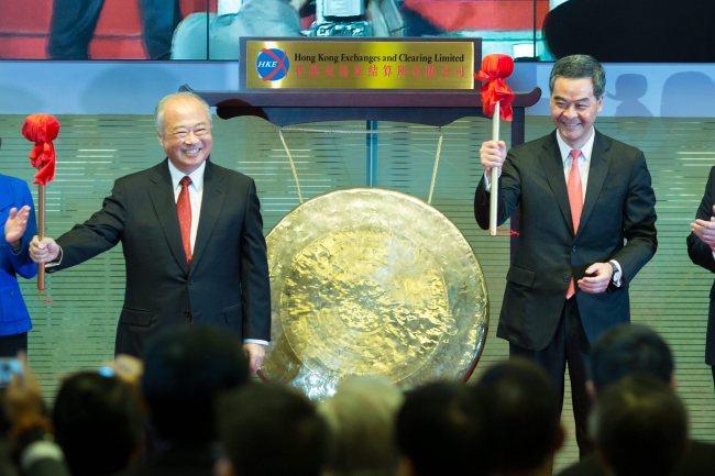 Hong Kong Exchanges and Clearing Limited chairman Chow Chung-kong (left) and Hong Kong's Chief Executive Leung Chun-ying (right) react as they attend the Stock Connect launch ceremony at the Hong Kong Stock Exchange in Hong Kong, China, Monday. (EPA-Yonhap)