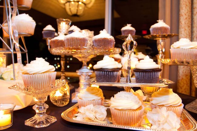 Cupcakes are on display. (123RF)