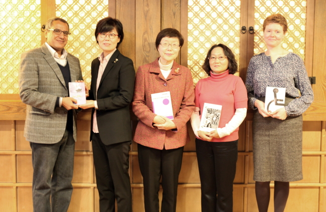 The winners of the 12th Korean Literature Translation Award pose for a photo at the news conference before the awards ceremony in Seoul, Monday. From left: Mahmoud Abdel Ghaffar, Cho Hee-sun, Suh Ji-moon, Im Yun-jung and Maria Kuznetsova. ( LTI Korea)