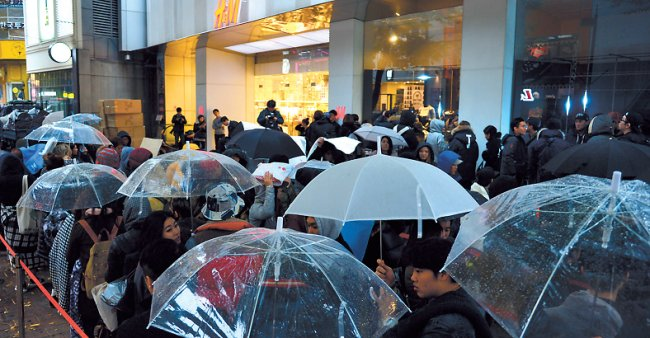 Over 300 people line up on Nov. 6 at the H&M store in Myeong-dong's Noon Square to buy items from a special collection Alexander Wang designed for H&M.