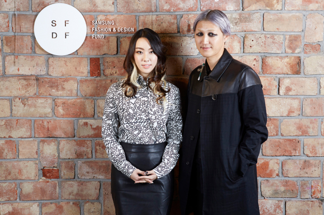 Fashion designers Kye Han-hee of KYE (left) and Park Jong-woo of BAJOWOO have won the 2014 Samsung Fashion Design Fund, an annual award given to emerging young designers. (SFDF)