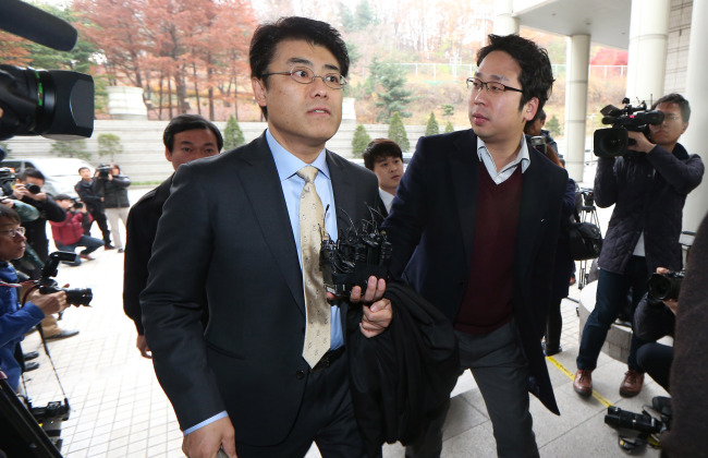 Tatsuya Kato (left) walks into the Seoul Central District Court in Seoul on Thursday. (Yonhap)