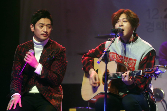 R&B singer Bobby Kim (left) and rock 'n' roll star Yoon Do-hyun perform at their joint showcase at the V Hall in Hongdae, Seoul, Monday. (Yonhap)
