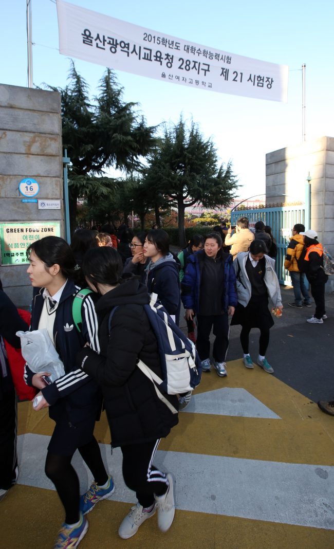 Students leave Ulsan Girls' High School on Nov. 13 after taking this year's college entrance exam. (Yonhap)