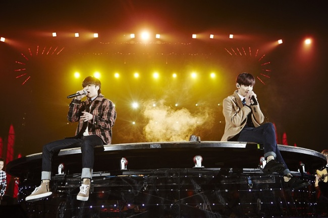 U-Know Yunho (left) and Max Changmin perform at TVXQ's first solo concert in Korea in nearly two years at Seoul Olympic Park's Gymnastics Stadium on Sunday. (SM Entertainment)