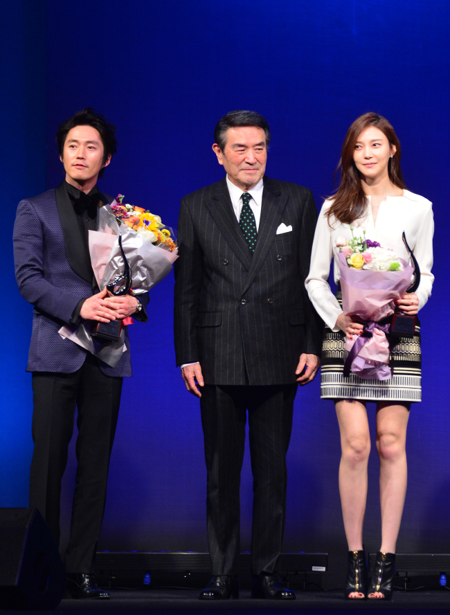 Actor Jang Hyuk (left), Namgoong Won (center), honorary chairman of Herald Corp. and president of the Motion Pictures Association of Korea, and actress Cha Ye-ryun pose for a photo at the Herald Donga Lifestyle Awards. (Yoon Byung-chan/The Korea Herald)