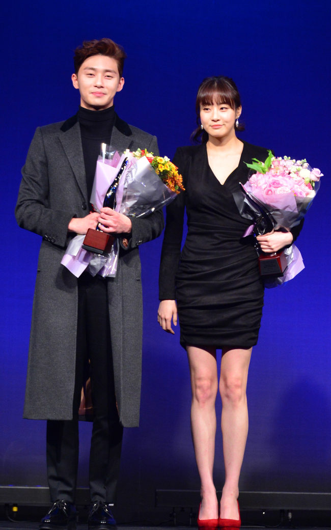 Actor Park Seo-jun (left) and actress Kang So-ra pose for the media after receiving the best style of the year award at the Herald Donga Lifestyle Awards. (Yoon Byung-chan/The Korea Herald)
