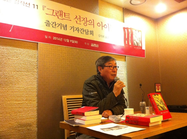 "Translator Kim Seok-hee talks about his newly translated book, ""The Children of Captain Grant"" by Jules Verne, at a restaurant in Gwanghwamun, Seoul, Tuesday. (Yeolimwon)"
