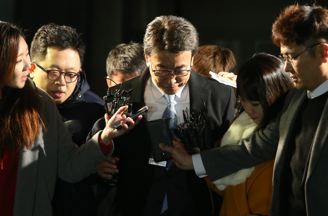 Former aide Chung Yoon-hoi walks out of the prosecution office after undergoing questions early Thursday morning. (Yonhap)