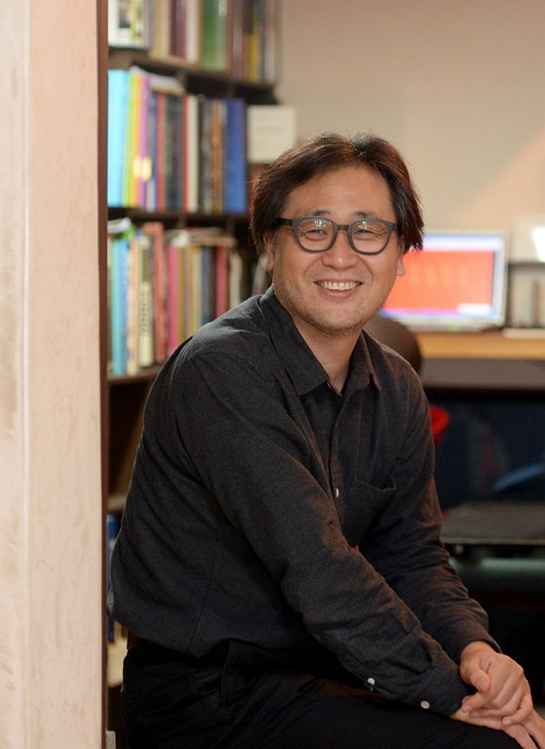 Architect Lee Ki-ok talks about a house project that connects young, emerging architects with residents aspiring to move out from apartments. (Ahn Hoon/The Korea Herald)