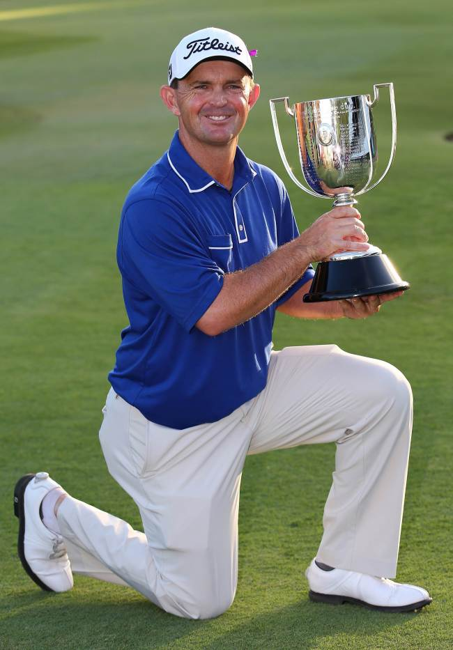 Greg Chalmers poses with the winner's trophy on Sunday. (AFP-Yonhap)
