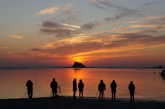 Visitors watch the sunrise at Geojam Port in Incheon. (IDTC)