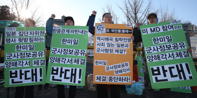 Some Civic group members oppose military info-sharing among Seoul, Washington and Tokyo on Friday.  (Yonhap)