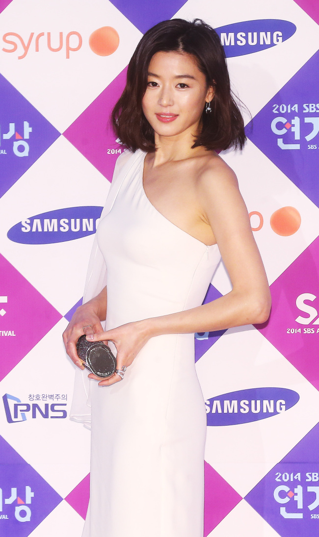 Actress Jun Ji-hyun poses at the 2014 SBS Awards Festival at Coex in Seoul on Wednesday. (Yonhap)