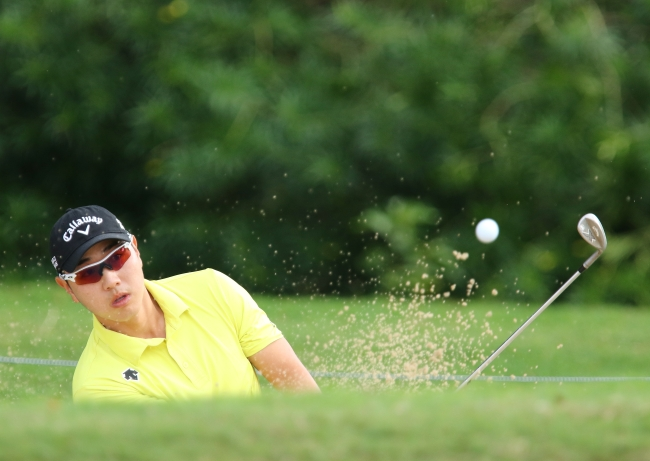 Korea's Bae Sang-moon hits out of a bunker on the eighth hole at the Sony Open on Thursday. (AP-Yonhap)