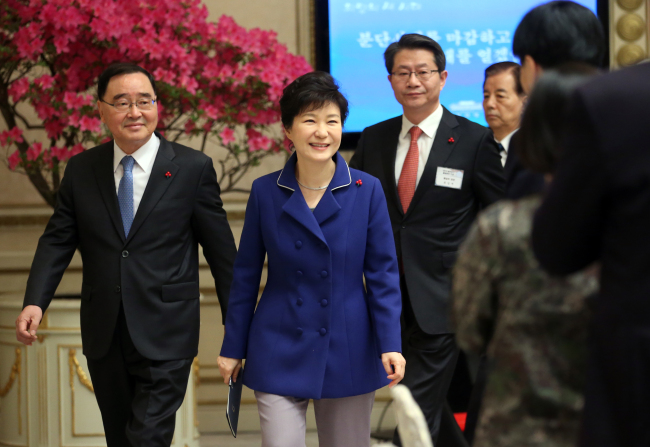 President Park Geun-hye attends a joint ministerial briefing session on 2015 policies on inter-Korean relations, foreign affairs and defense at Cheong Wa Dae on Monday. Participants included Prime Minister Chung Hong-won (left) and Unification Minister Ryoo Kihl-jae (third from left). (Yonhap)