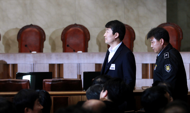 Lee Seok-ki, a former lawmaker of the Unified Progressive Party, enters the Supreme Court room to attend his verdict hearing in Seocho-dong, Seoul, Thursday. (Yonhap)