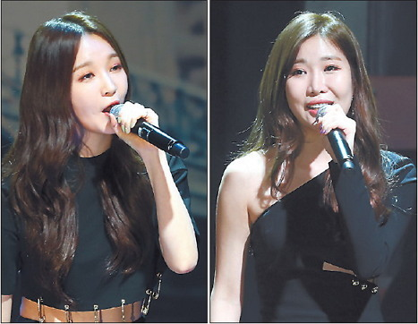 """Kang Min-kyung (left) and Lee Hae-ri of Davichi perform at a showcase for their new album """"Davichi Hug"""" in Seoul on Wednesday. (Yonhap)"""