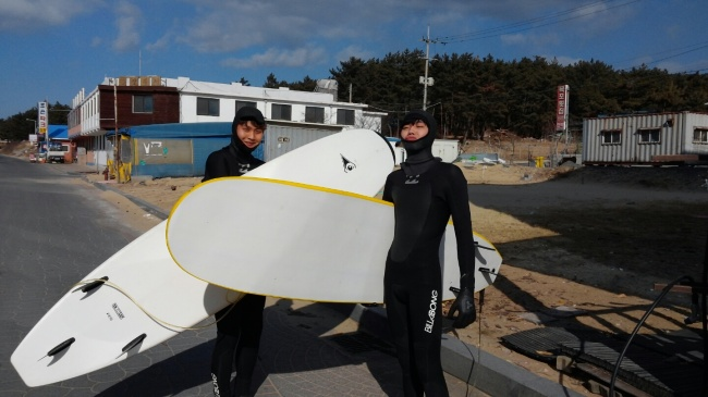 Surfers get ready to catch the waves at Mallipo Beach, Taean, South Chungcheong Province. (MLP Surf)