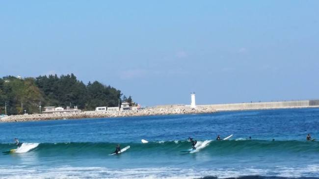 Surfers catch a wave off Jukdo Beach in Yangyang, Gangwon Province. (Courtesy of Yoon Seung-hwan)