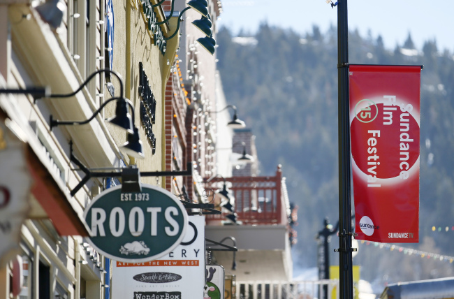 A festival banner hangs along Main Street during the 2015 Sundance Film Festival in Park City, Utah, Jan. 22. (AP-Yonhap)