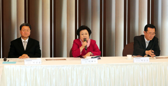 Lee Bae-yong, president of the Academy of Korean Studies (center), speaks during a news conference in Seoul on Tuesday. (Yonhap)