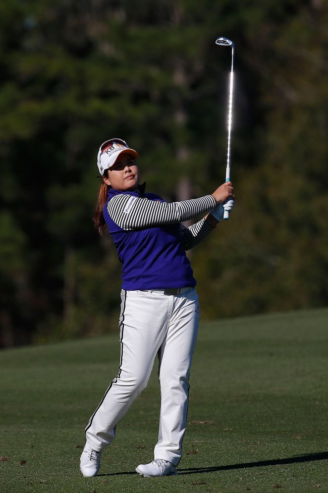 Korea's Park In-bee plays a shot on the 18th hole on Wednesday. (AFP-Yonhap)
