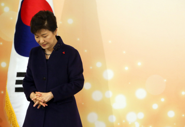 President Park Geun-hye attends an award ceremony for public servants at Cheong Wa Dae on Friday. (Yonhap)