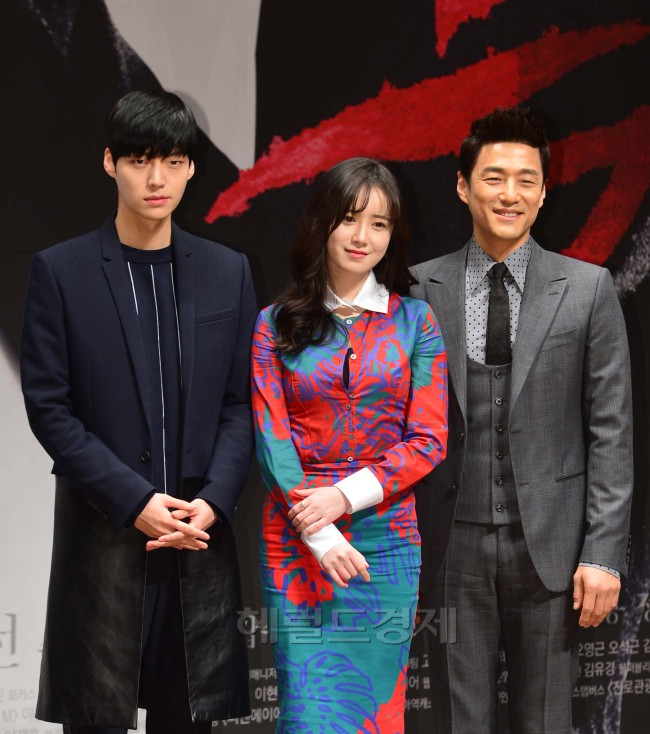 "From left: Ahn Jae-hyun, Ku Hye-sun and Ji Jin-hee at a press conference for the new TV series ""Blood"" in Seoul on Wednesday. (Yoon Byung-chan/The Korea Herald)"