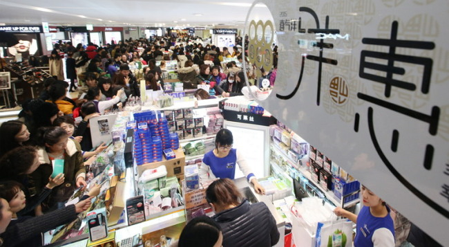 A Lotte duty-free shop in Seoul is crowded with Chinese tourists on Tuesday. (Yonhap)