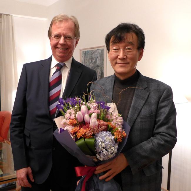 Korean novelist Ha Il-ji (right) poses with Swedish Ambassador to Korea Lars Danielsson at the 37th Seoul Literary Society gathering at the ambassador's residence in Seoul on Tuesday. (Joel Lee/The Korea Herald)