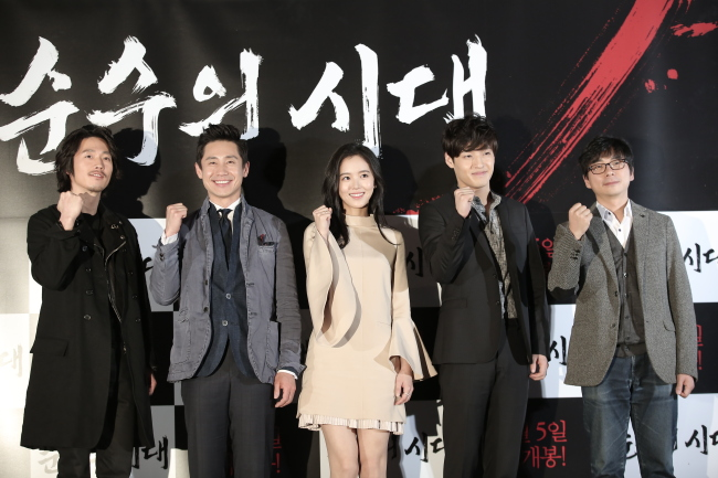 """From left: The cast of the period flick """"Empire of Lust,"""" Jang Hyuk, Shin Ha-kyun, Kang Han-na, Kang Ha-neul and director Ahn Sang-hoon, pose at a news conference in Seoul on Tuesday. (Two Rabbit)"""