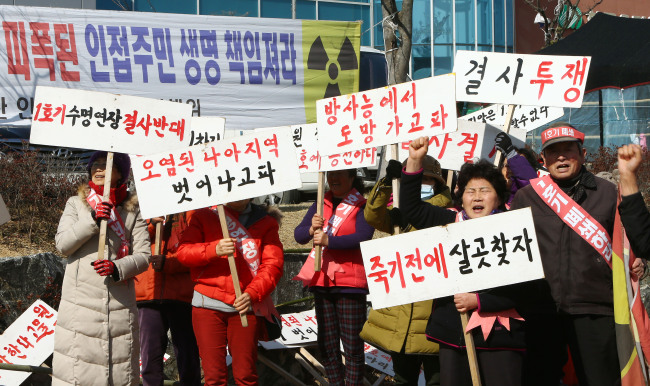 Residents of Gyeongju, North Gyeongsang Province, where the Wolsong unit 1 reactor is located, stage a protest against the Nuclear Safety and Security Commission's decision to extend the life span of the reactor on Friday. (Yonhap)