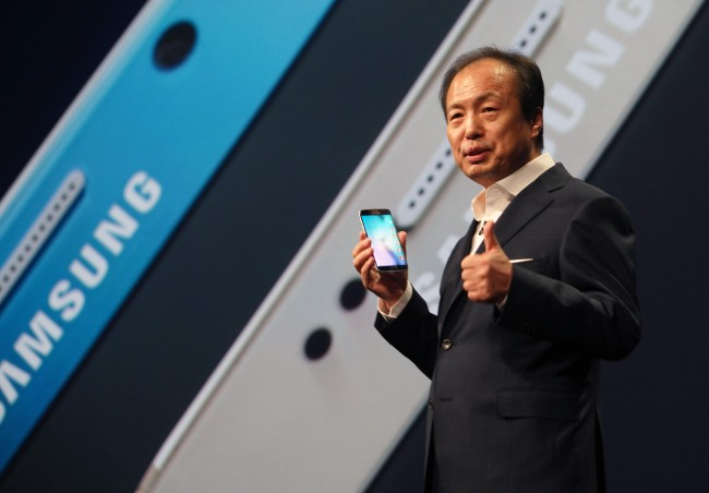 Shin Jong-kyun, CEO of Samsung's mobile division, shows the new Galaxy S6 during the Samsung Galaxy Unpacked 2015 event at the Mobile World Congress wireless show, in Barcelona, Spain, Sunday. (AP-Yonhap)