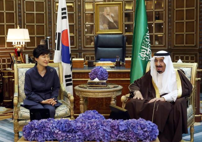President Park Geun-hye talks with Saudi King Salman bin Abdulaziz Al Saud at the Erga Palace in Riyadh on Tuesday. (Yonhap)