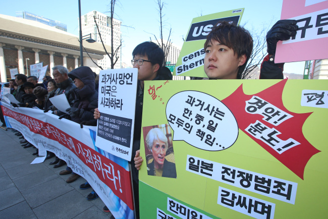 """Civic groups hold a rally near the U.S. Embassy in Seoul to call for U.S. Under Secretary of State Wendy Sherman to apologize for making controversial remarks about history disputes among Korea, Japan and China. She was quoted as saying """"it's not hard ... to earn cheap applause by vilifying a former enemy,"""" sparking outrage in Korea and China. (Yonhap)"""