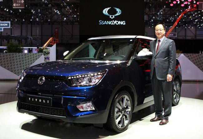 Ssangyong Motor CEO Lee Yoo-il poses with the company's concept car the Tivoli EVR at the Geneva Motor Show on Tuesday. (Ssangyong Motor)